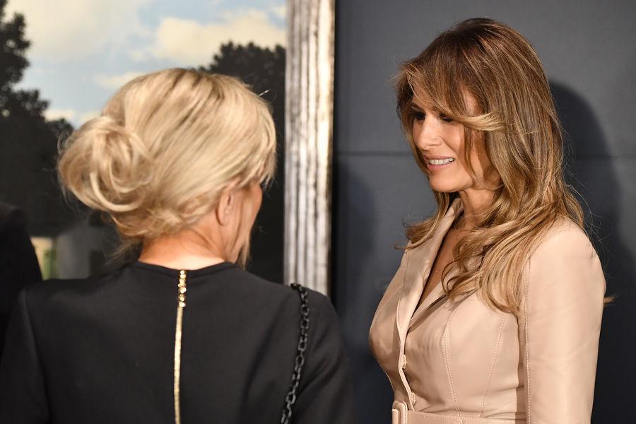 Actualite Actualite Brigitte Macron a fait jeudi à Bruxelles son premier déplacement international en tant qu'épouse du chef de l'Etat. Elle a notamment fait la connaissance de Melania Trump,la First lady américaine.