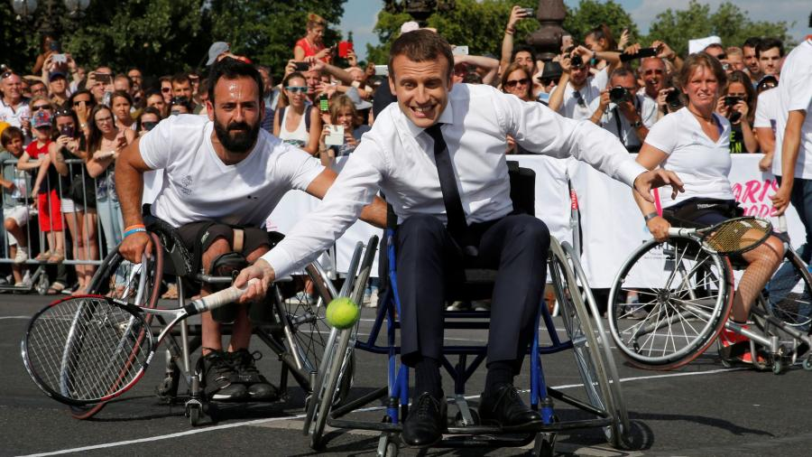 Sports Sports Paris 2024: Macron s'essaye au tennis en fauteuil roulant pour soutenir les JO