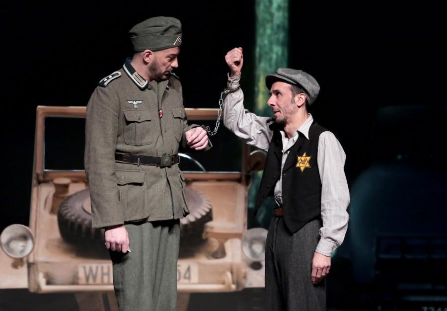 """Actualite Actualite """"Libres ! Ou presque..."""" : au théâtre, la cavalcade attendrissante d'un juif et d'un gay"""