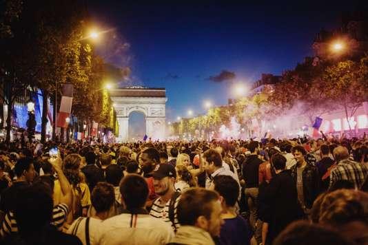 Sports Sports BFMTV  Société Les Bleus en finale: Paris à la fête après la victoire de la France face à la Belgique