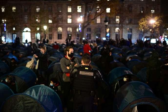 Actualite Actualite Un camp de migrants, monté place de la République à Paris, violemment démantelé par les forces de l'ordre