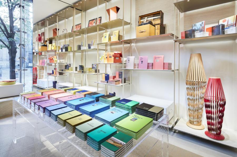 Femmes Mode À Paris, Louis Vuitton transforme une de ses boutiques en librairie éphémère